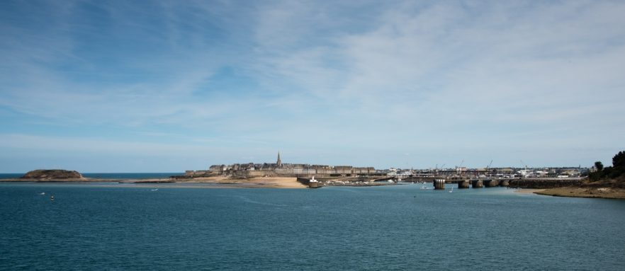Île du Grand Bé (island on the left) and La Ville Intra-Muros (Walled City), Saint-Malo, France, viewed from the west at low tide