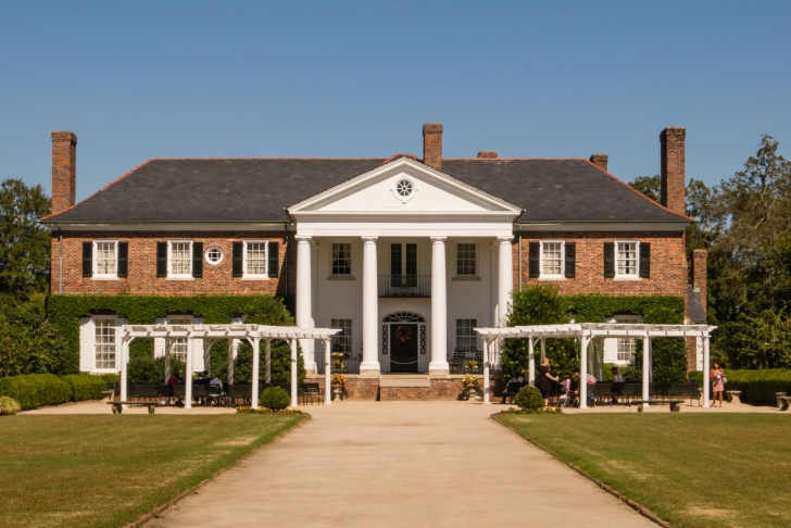 Boone Hall Plantation antibellum style mansion (1936), Charleston, South Carolina, USA