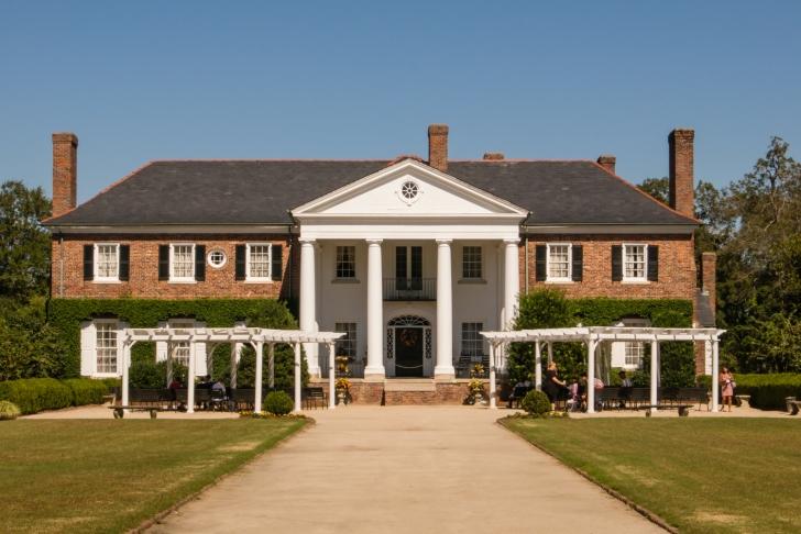 Boone Hall Plantation antibellum style mansion (1936), Charleston, South Carolina, USA