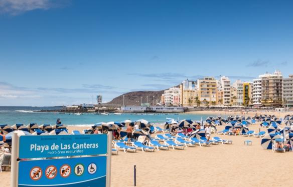 Playa de Las Canteras (beach) ecotourism area with umbrellas and chaises for rent, Las Palmas, Gran Canaria, Canary Islands