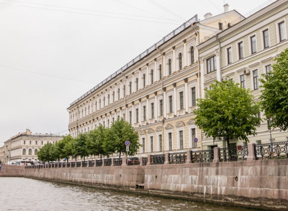 The architecture along the canals is completely different from Venice and Amsterdam – the neoclassical style of the early 1800s in the city gave way to various Romantic styles, St. Petersburg, Russia