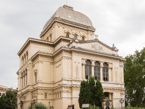 Sinagogia (Jewish Synagogue of Rome), on the bank of the Tiber, is the largest synagogue in Roma and was built in memory of the Ghetto created under orders of Paolo IV in 1555 where the city's Jews were forced to live in squalid conditions until 1870