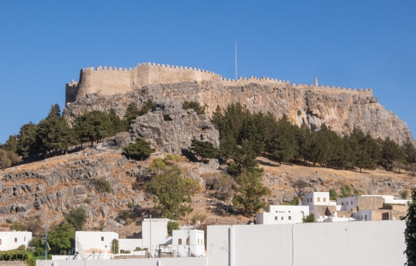 dating-back-to-the-4th-century-bc-the-acropolis-of-lindos-rhodes-dodecanese-greece-sits-atop-a-rock-on-the-highest-point-above-the-town-of-lindos-in-the-southeast-of-the-island