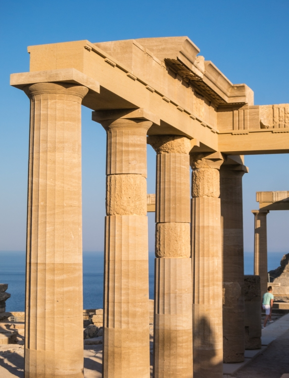 doric-columns-reconstructed-at-the-base-of-the-staircase-of-the-propylaia-the-acropolis-of-lindos-rhodes-dodecanese-greece