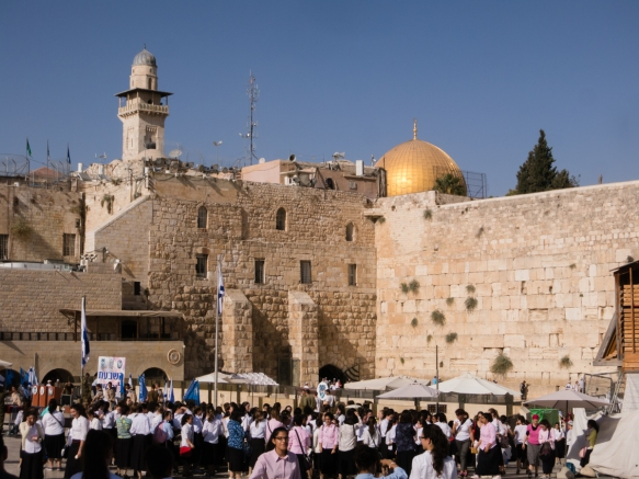 the-gold-dome-of-the-islamic-dome-of-the-rock-is-visible-above-the-western-wall-in-the-old-city-of-jerusalem-israel-the-western-wall-plaza-is-visited-by-millions-of-worshipers-at-the-base-of-the
