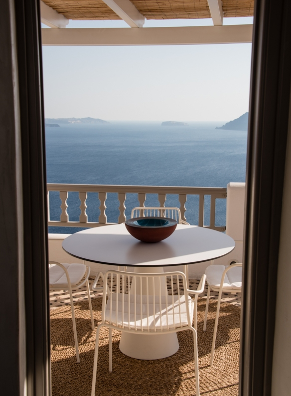 the-lounge-of-a-small-hotel-in-oia-santorini-island-greece-overlooking-the-caldera-bay