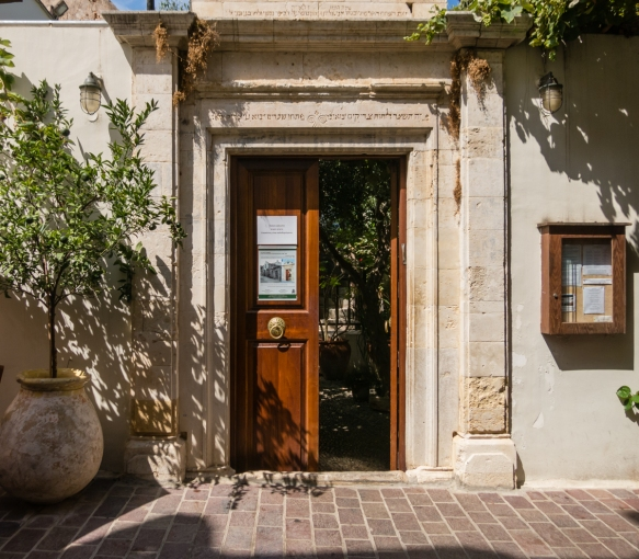 the-street-entrance-to-the-courtyard-of-etz-hayyim-synagogue-chania-crete-greece
