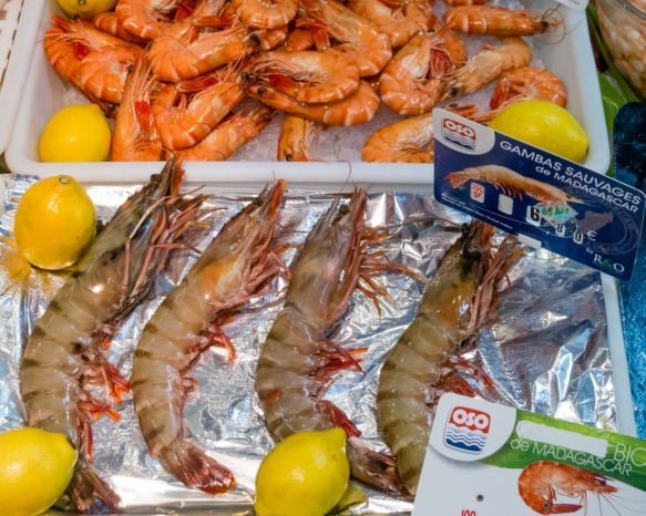 fresh-crevettes-shrimps-prawns-and-gambas-sauvages-giant-4-ounces-apiece-prawns-at-one-of-two-fish-mongers-stall-at-marche-couvert-des-saint-germain-the-saint-germain-covered-mar