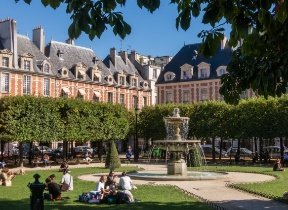 one-corner-of-the-place-des-vosges-built-by-henri-iv-from-1605-to-1612-the-oldest-planned-square-in-paris-and-one-of-the-finest-in-the-city-located-in-the-marais-district-france-its-most-famous