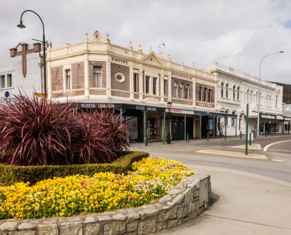 shops-in-buildings-dating-back-to-the-19th-century-along-grey-street-at-the-intersection-of-york-street-the-towns-main-shopping-street-albany-west-australia