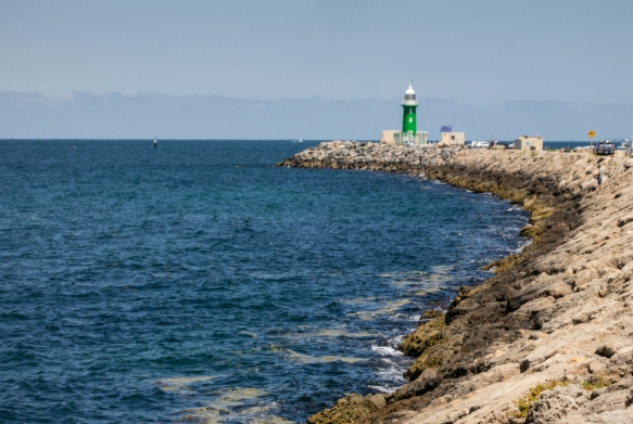 south-mole-lighthouse-at-the-end-of-a-man-made-jetty-marks-the-entrance-to-the-swan-river-with-perth-upriver-to-the-north-from-the-indian-ocean-fremantle-australia