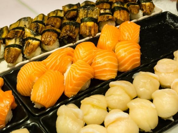freshly-prepared-sashimi-for-take-away-or-eating-at-the-sydney-fish-market-sydney-new-south-wales-australia-mackerel-sake-salmon-and-scallops
