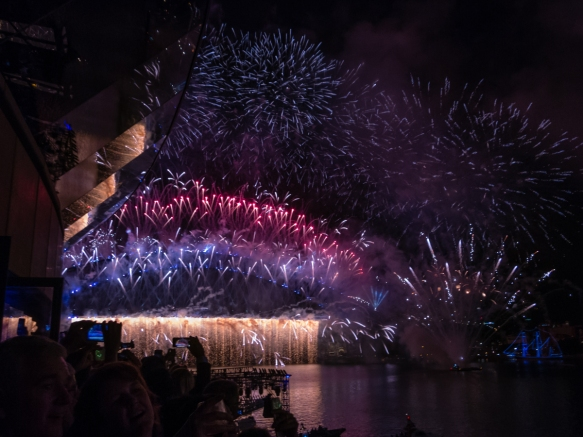 the-finale-of-the-midnight-happy-new-year-2017-fireworks-extravganza-had-a-magnificent-fireworks-waterfall-cascading-off-the-deck-of-the-sydney-harbor-bridge-along-with-massive-n