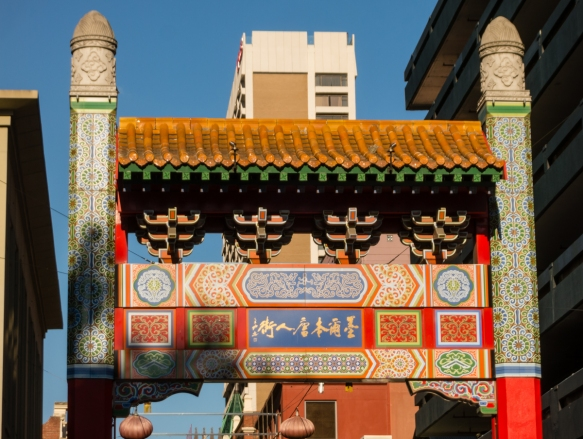 the-gate-on-swanston-street-marks-the-entrance-to-the-citys-large-and-thriving-chinatown-and-its-shops-and-restaurants-melbourne-victoria-australia