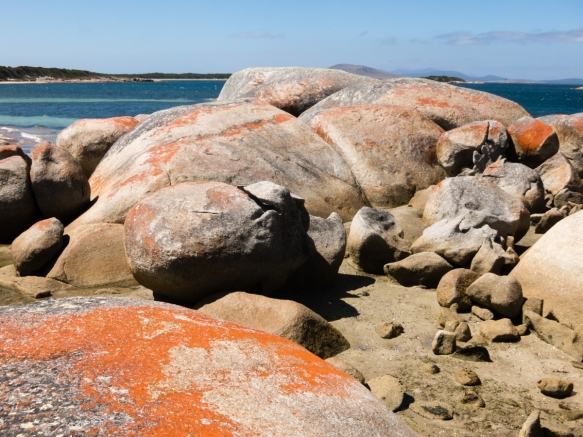 rock-formations-separating-yellow-beach-from-white-beach-on-the-southeast-corner-of-the-island-near-lady-barron-flinders-island-tasmania-australia