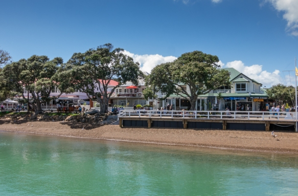 shops-and-restaurants-line-the-strand-in-russell-bay-of-islands-new-zealand-overlooking-kororareka-bay