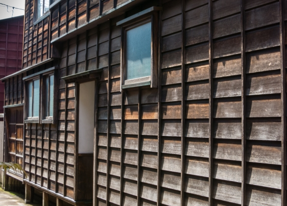 A typical wood-slatted facade of the distinctive teahouses in the Eastern Geisha District (Higashi-chaya-gai), Kanazawa, Honshu Island, Japan