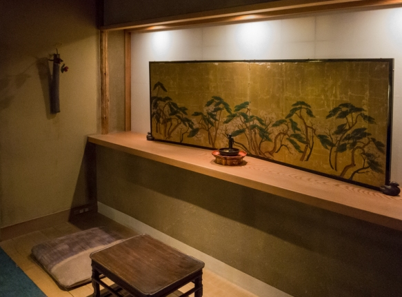 Adjacent to the small library was a reception room where guests are met and served hot tea upon arrival, Tawaraya Ryokan, Kyoto, Japan
