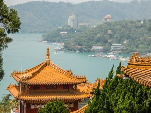Uma vista do lago Sun Moon de cima do salão traseiro do templo, decicada a Confúcio, no Templo Wen-Wu, Lago Sun Moon, Taichung, Taiwan