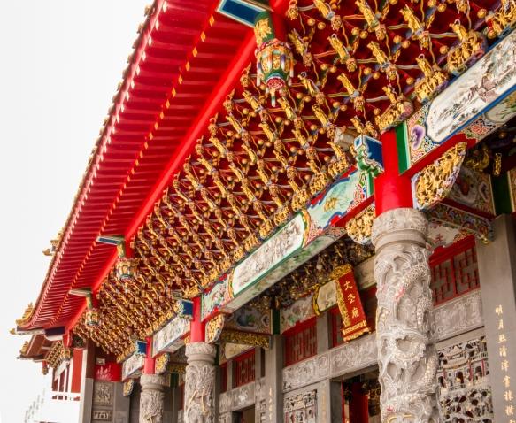 Detalhes do exterior da sala do templo da frente do Templo de Wen-Wu, Lago Sun Moon, Taichung, Taiwan