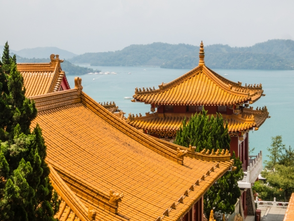 Os belos telhados dos vários salões do Templo Wen-Wu, Sun Moon Lake, Taichung, Taiwan