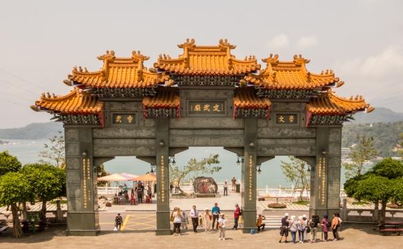 O portão de entrada no Templo de Wen-Wu com o Lago Sun Moon no fundo, Taichung, Taiwan