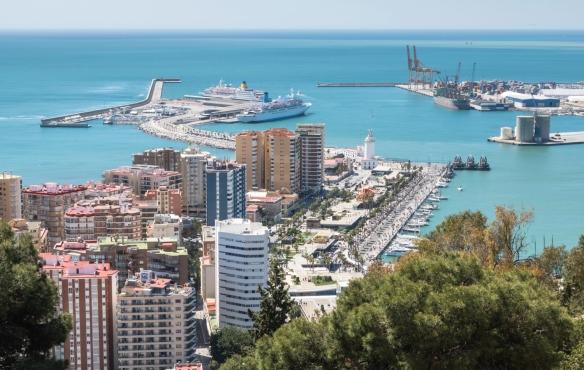 The La Malagueta district with the Puerto de Málaga (Port of Malaga) lighthouse overlooking the harbor, Málaga, Spain