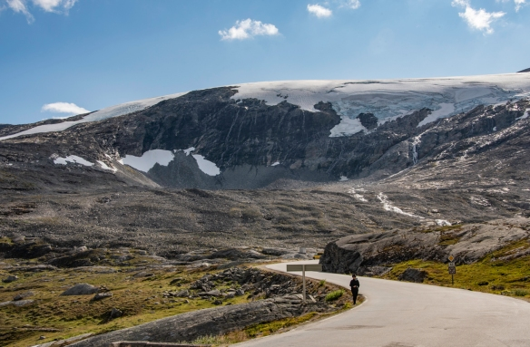 The road passing by Djupvasshytta (Djupvatan Lodge) at 1,030 meters (3,379 feet) elevation is way above the tree line, so the scenery here was pretty stark, yet beautiful with the contra
