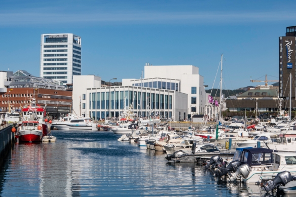On the shore of the guest port on the south side of the central district of Bodø, Norway, is the stiking, new Stormen Bibliotek (Stormen city library)