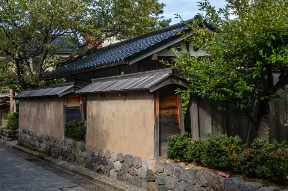 In keeping with the historical neighborhood, the city of Kanazawa did a terrific job building this washroom (WC, or bathroom-toilet) public facility to blend in with the samurai residences in the middle of the Naga-michi neighborhood; Kanazawa